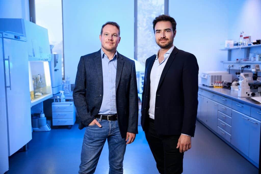 Fisch aus dem Biorekator: Dr. Sebastian Rakers, Co-Founder und Simon Fabich, Co-Founder | Foto: Bluu GmbH