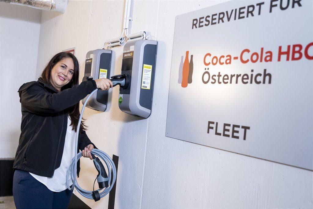 Michaela Steigberger bei der neuen Ladestation | Foto: Coca-Cola HBC / Martin Steiger