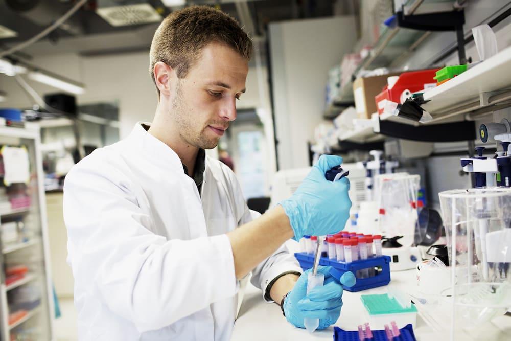 Erstautor Christian Sigl bei der Präparation der Nano-Kapseln im Labor des Zentrums für Nanotechnologie und Nanomaterialien der TUM. | Foto: Daniel Delang / TUM
