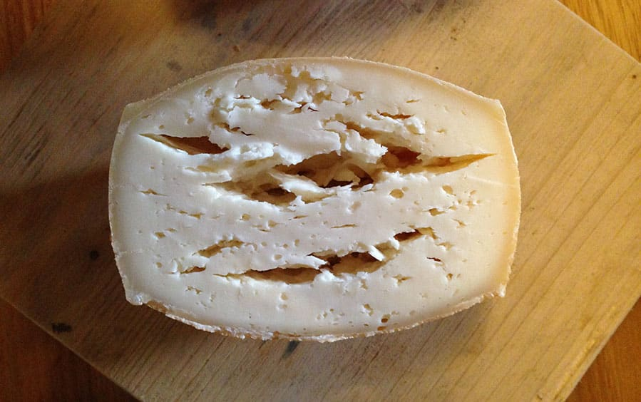 Qualitätssicherung bei Käse: Schadbild durch Buttersäuregärung | Foto: https://www.foodaktuell.ch/