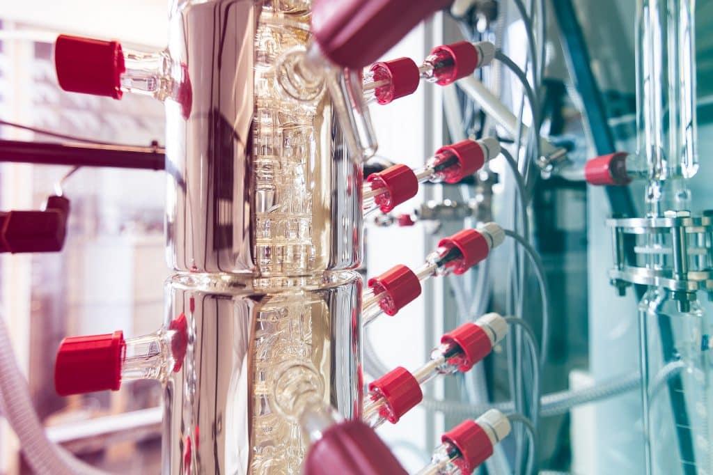 Im letzten Schritt wird die wasserhaltige Lösung aus dem Apfeltrester destilliert, so dass reines Ethanol entsteht. | Foto: TU Bergakademie Freiberg / S. Jachalke