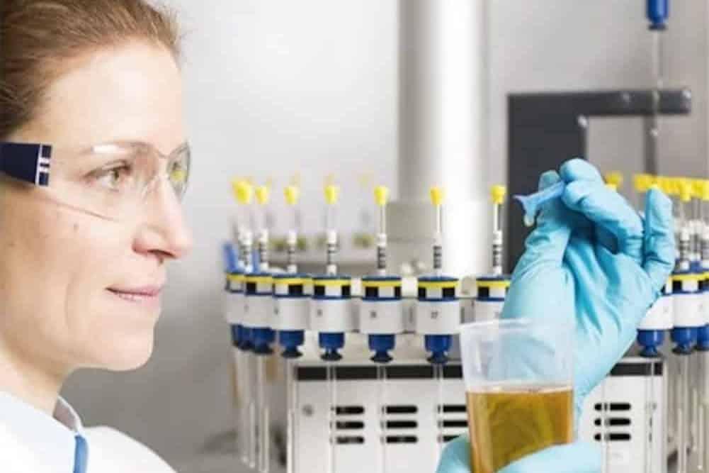 Prüfung einer Olivenölprobe am Nordbayerischen NMR-Zentrum auf dem Campus der Universität Bayreuth.   Foto: ALNuMed GmbH