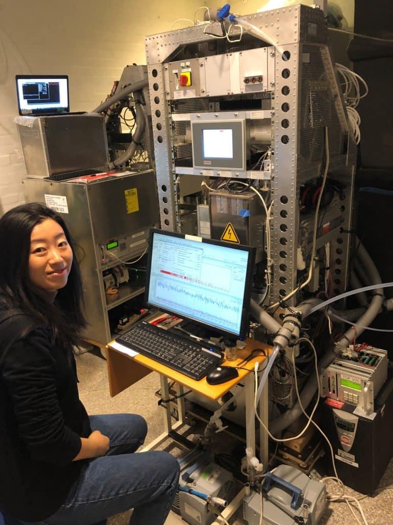 Nijing Wang, Wissenschaftlerin am MPIC, an einem PTR-ToF-MS-Gerät (proton-transfer-reaction time-of-flight mass spectrometry), das Online-Messungen von Hunderten von flüchtigen organischen Verbindungen (VOCs) durchführt | Foto: Privat